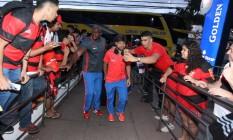 Diego é tietado por um torcedor na chegada do Flamengo a Vitória Foto: Gilvan de Souza - Flamengo