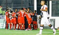 Jogadores do Vila Nova comemoram um dos gols da vitória sobre o Vasco, em São Januário Foto: Rudy Trindade / FramePhoto