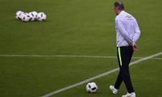 O técnico Tite durante o treino do Brasil na terça-feira, em Quito Foto: RODRIGO BUENDIA / AFP