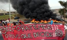 Em São Paulo. Pneus em chamas bloqueiam avenida na capital paulista Foto: Paulo Whitaker / Reuters / 30-8-2016