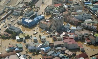 Tufão atingiu o nordeste do Japão provocando ondas gigantes, chuvas torrenciais e inundações Foto: AP