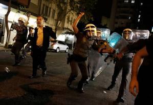 Policial bate em manifestantes em protesto em São Paulo contra o impeachment Foto: NACHO DOCE / REUTERS 30/08/2016