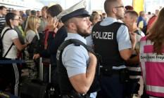 Policiais são vistos na área de partida no aeroporto de Frankfurt Foto: BORIS ROESSLER / AFP