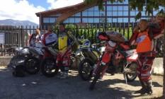 Giuseppe Bibi (à dir.) com o grupo de motoqueiros voluntários Foto: Reprodução Facebook