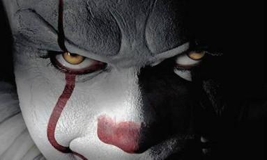 """O ator Bill Skarsgård como o palhaço Pennywise na nova versão do filme """"A Coisa"""", baseado no livro de Stephen King Foto: Divulgação / Divulgação"""