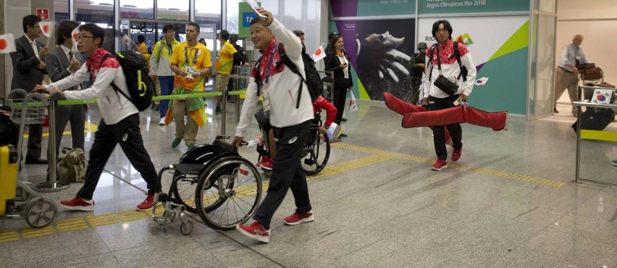 A delegação do Japão no desembarque do Aeroporto Internacional Tom Jobim Foto: Márcia Foletto / Agência O Globo
