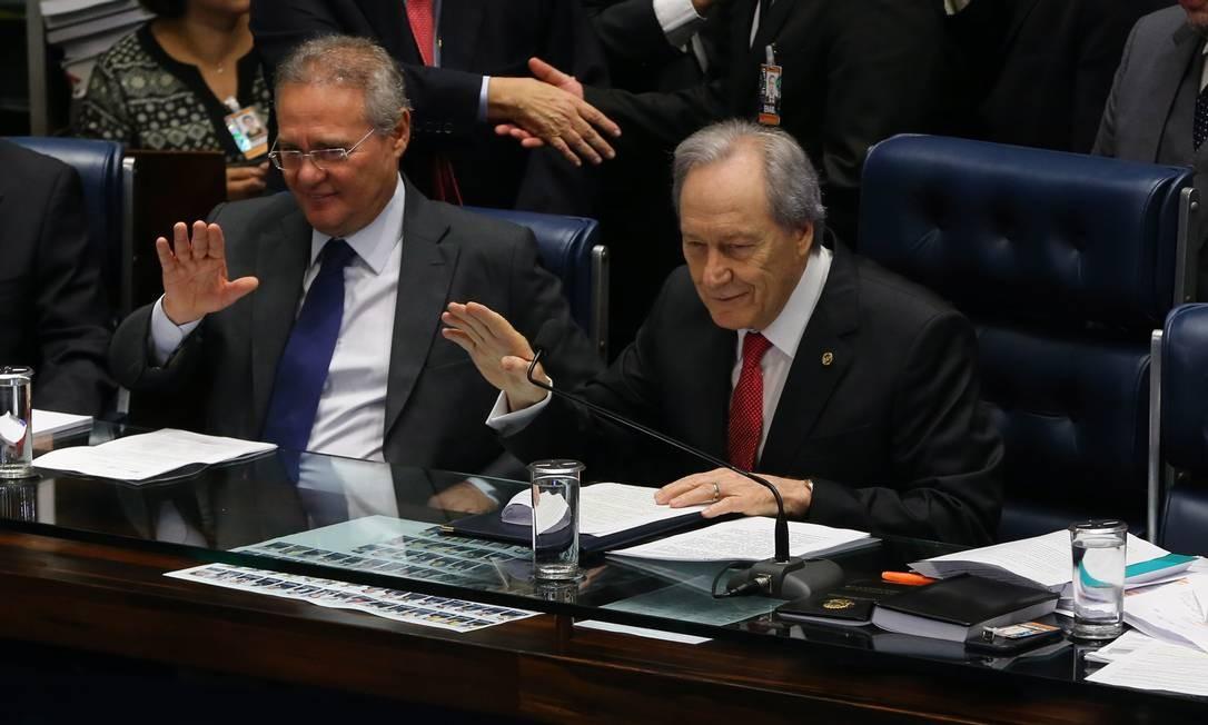O ministro Ricardo Lewandowski, presidente do Supremo Tribunal Federal (STF), presidindo a sessão. Ao seu lado, o Presidente do Senado Renan Calheiros. Ailton de Freitas / Agência O Globo
