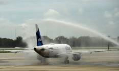 Voo foi inaugurado com um jato de água no aeroporto de Fort Lauderdale Foto: RHONA WISE / AFP