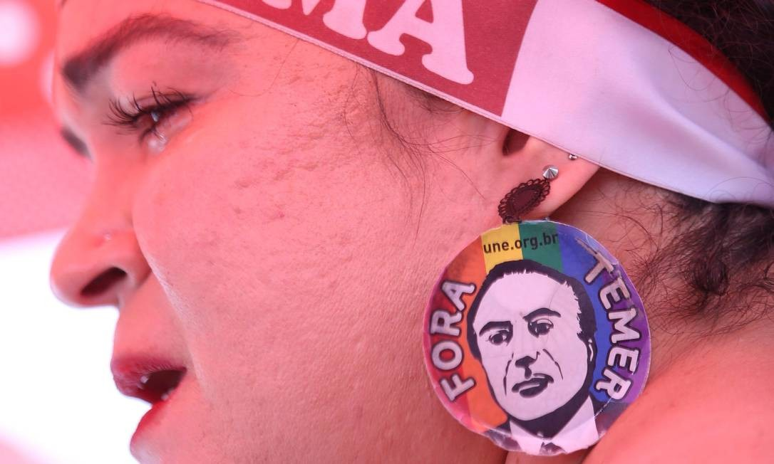 Militante exibe adesivo contra o presidente em exercício, Michel Temer, em ato a favor da Presidente afastada Dilma Rousseff, em Brasília. Foto: ANDRE COELHO / Agência O Globo