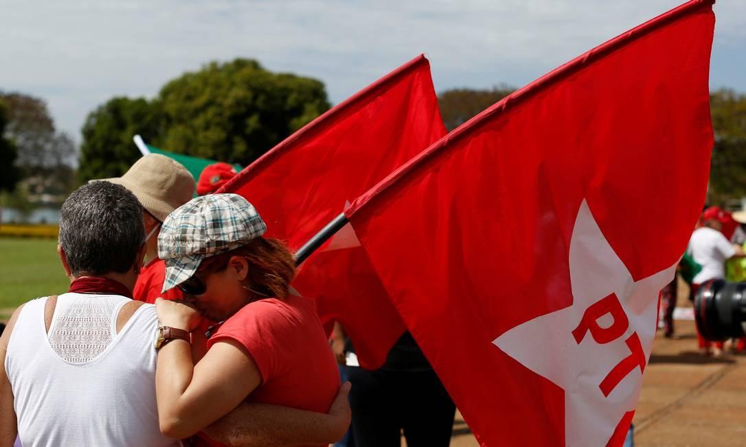 Manifestantes se concentram do lado de fora do Palácio do Alvorada para acompanhar a sessão de votação de impeachment da presidente afastada Dilma Rousseff. Foto: BRUNO KELLY / REUTERS