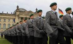 Soldados das Forças Armadas da Alemanha em cerimônia no Palácio do Reichstag, em Berlim Foto: THOMAS PETER / REUTERS