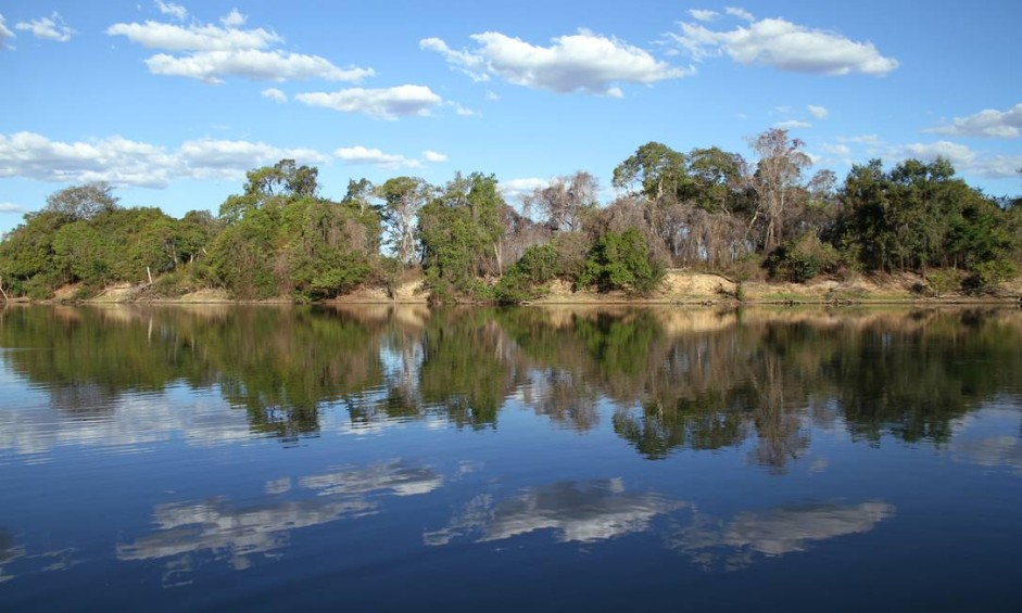 Ao longo de seus 2.000km pelo oeste de Goiás, o Rio Araguaia tem inúmeras faces. Em pontos como este, as águas calmas refletem as árvores e o céu como num espelho Foto: Eduardo Vessoni