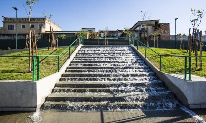 A cachoeira urbana ou escada molhada tem capacidade para até cem pessoas ao mesmo tempo Foto: Barbara Lopes / Agência O Globo