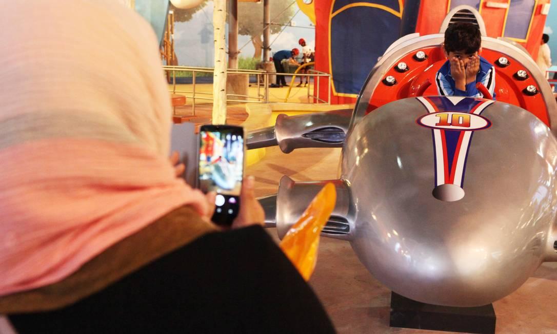 Menino posa para foto no IMG Worlds of Adventure, maior parque temático indoor do mundo inaugurado nesta quarta-feira, 31, em Dubai Jon Gambrell / AP