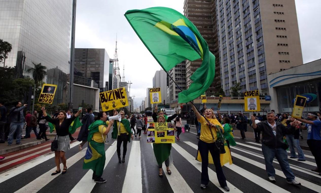Manifestantes em São Paulo comemoram decisão que afastou em definitivo a presidente deposta Dilma Rousseff, na tarde desta quarta-feira. Foto: PAULO WHITAKER / REUTERS