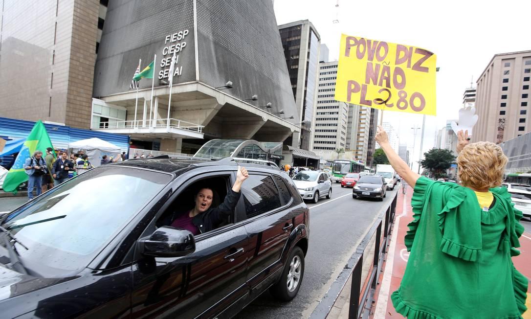 Ato aconteceu em frente ao prédio da Fiesp, na avenida Paulista Foto: PAULO WHITAKER / REUTERS