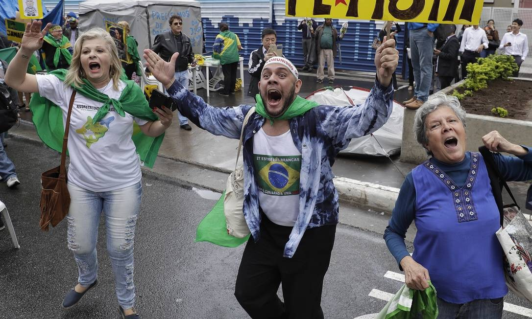 Manifestantes pró-impeachment comemoram com cartazes, bandeiras e camisetas do Brasil Foto: Andre Penner / AP