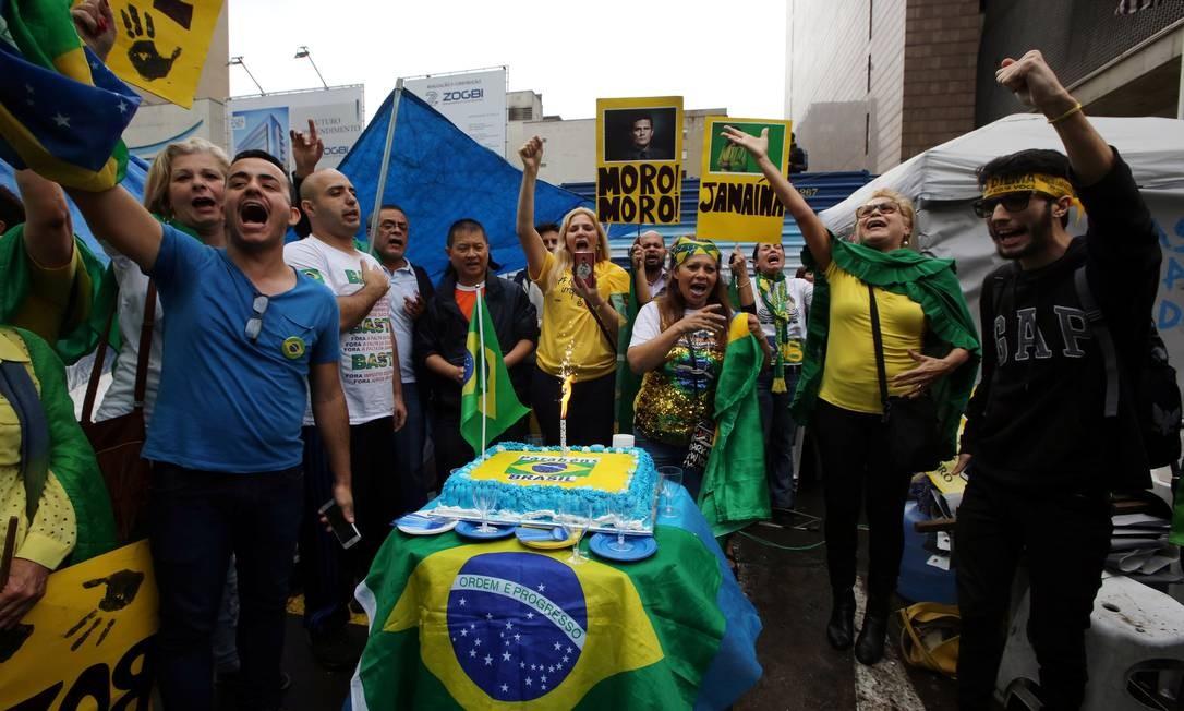 Manifestantes levaram bolo e cartazes com a foto do juiz Sérgio Moro Foto: PAULO WHITAKER / REUTERS