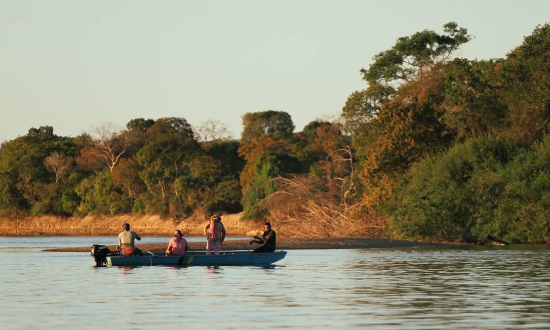 Numa canoa, turistas aproveitam a tarde de pescaria na região de Luiz Alves. O Araguaia é considerado um dos rios mais piscosos do mundo Foto: Eduardo Vessoni
