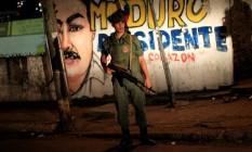 Soldado venezuelano faz patrulha em frente a muro com imagem pintada do presidente Nicolás Maduro Foto: JORGE SILVA / REUTERS