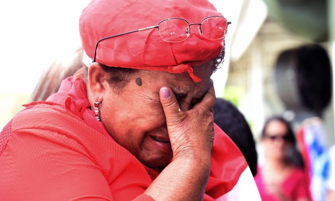 Manifestante chora após o resultado da votação no Senado Foto: EVARISTO SA / AFP