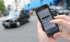 Um usuário vê os carros do Uber disponíveis em Londres Foto: Chris Ratcliffe / Bloomberg/30-5-2014