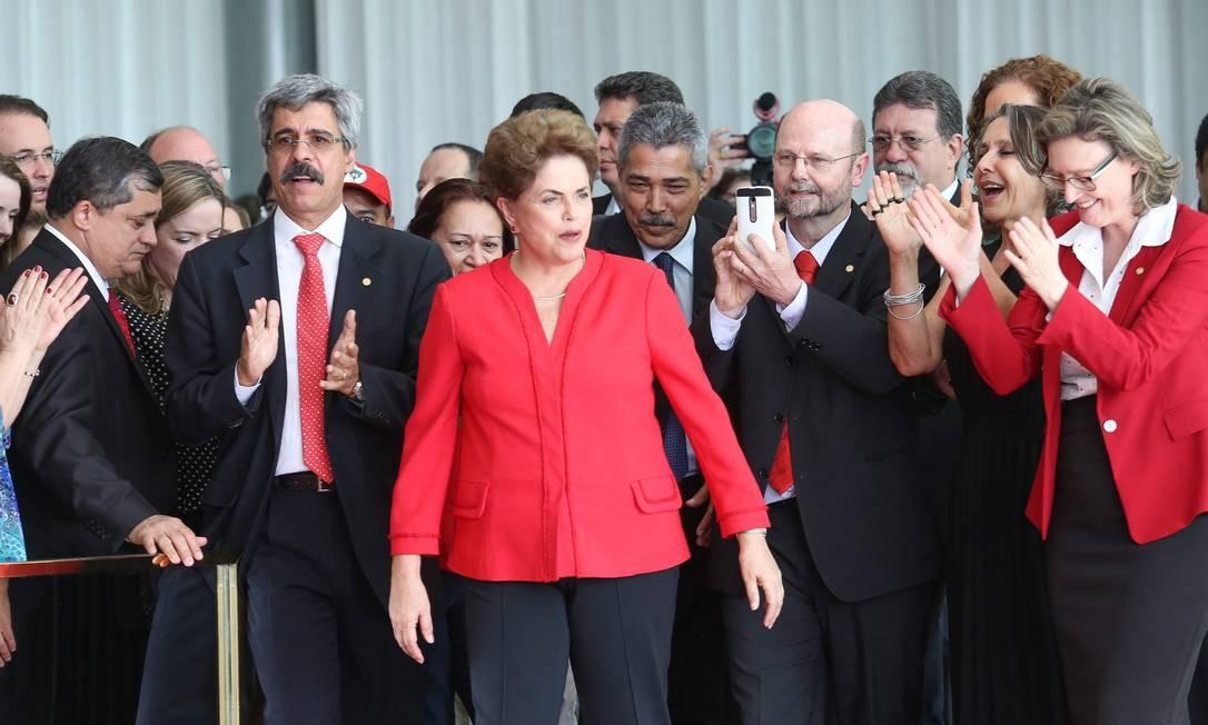 Dilma Rousseff chega ao Palácio do Alvorada para primeiro discurso após ser definitivamente afastada da Presidência. Vestida de vermelho, cor do Partido dos Trabalhadores (PT), Dilma foi acompanhada por seus apoiadores. Foto: ANDRE COELHO / Agência O Globo