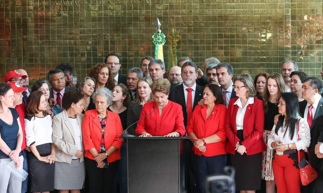 """Dilma declara que Senado decidiu """"rasgar a Constituição Federal"""" ao decidir pelo seu afastamento definitivo. Foto: ANDRE COELHO / Agência O Globo"""