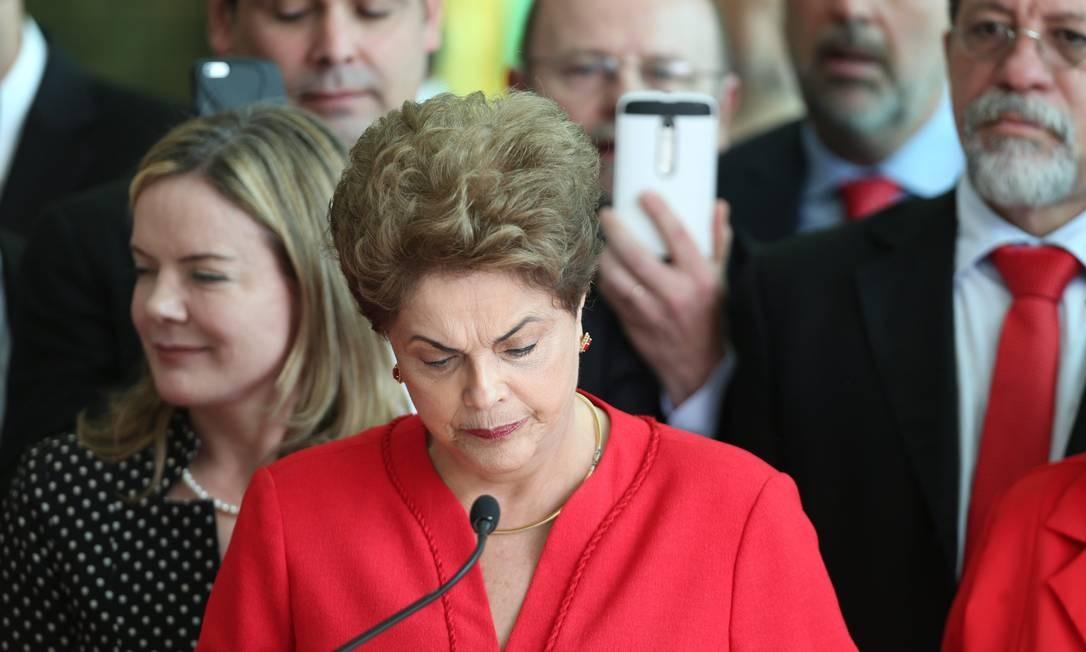 """O ex-presidente Lula assistiu o discurso de dentro do Palácio do Alvorada. Dilma citou o poeta Russo Vladimir Maiakóvski: """"Não estamos alegres"""". Foto: ANDRE COELHO / Agência O Globo"""