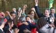 A presidente afastada Dilma Rousseff é abraçada pelo senador Jorge Viana após fazer declaração sobre seu impechment.