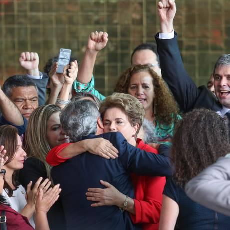 A presidente afastada Dilma Rousseff é abraçada pelo senador Jorge Viana após fazer declaração sobre seu impechment. Foto: ANDRE COELHO / Agência O Globo
