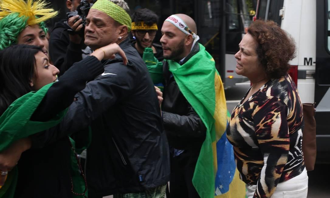 Manifestantes pró e contra o impeachment se encontram e discutem, na Avenida Paulista Foto: Pedro kirilos / Agência O Globo