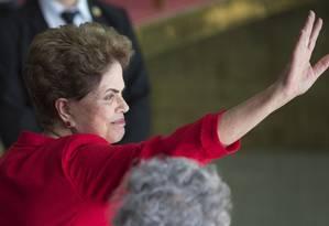 Dilma acena para correligionários que prestaram solidariedade após o impeachment Foto: Leo Correa / AP