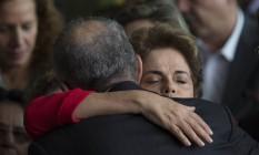 Dilma é confortada por aliado logo após a aprovação do impeachment no Senado Foto: Leo Correa / AP