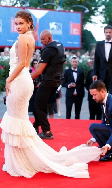 """Barbara Palvin precisou de uma """"mãozinha"""" para não ter maiores problemas com seu vestido no red carpet ALESSANDRO BIANCHI / REUTERS"""