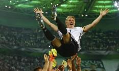 Schweinsteiger é festejado por seus companheiros de time após se aposentar da seleção da Alemanha Foto: WOLFGANG RATTAY / REUTERS