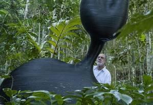 Feliz. Obra arrendondada de Ângelo Venosa pesa cerca de 300 quilos Foto: Fotos de Analice Paron