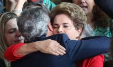 Dilma é abraçada pelo senador Jorge Viana após fazer declaração sobre seu impechment Foto: André Coelho