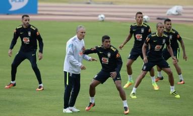 Renato Augusto, Tite, Paulinho, Marquinhos, Miranda e Daniel Alves no treino desta quarta Foto: Pedro Martins - Mowa Press