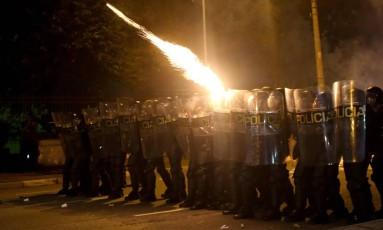 PM joga bombas contra manifestantes em São Paulo Foto: Pedro Kirilos