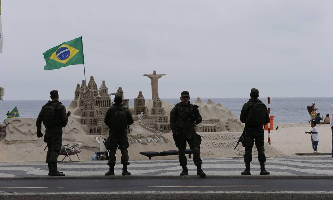 Militares reforçando segurança em Copacabana Foto: Domingos Peixoto / Agência O Globo