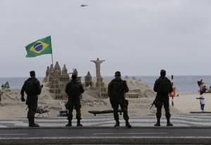 Militares reforçando segurança em Copacabana Foto: Domingos Peixoto - 31/08/2016 / Agência O Globo