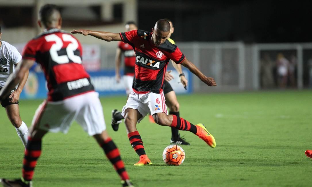Jorge acerta um belo chute de fora da área para virar o placar para o Flamengo Gilvan de Souza