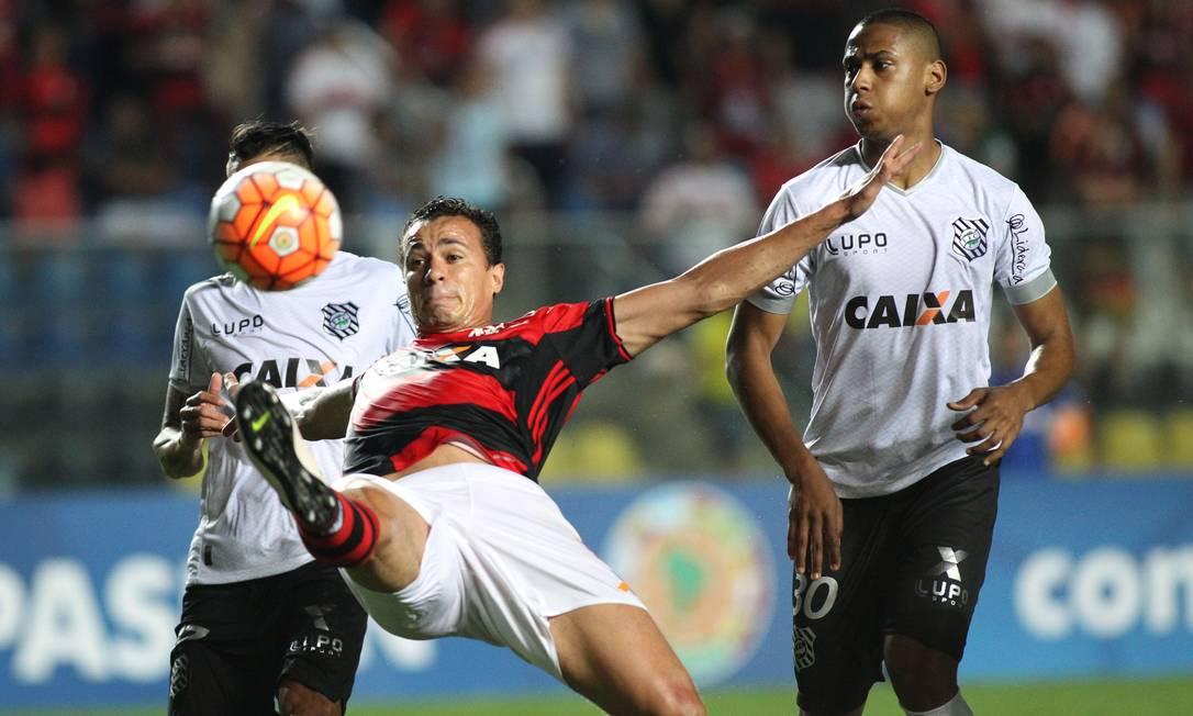 Leandro Damião se estica todo para alcançar a bola Gilvan de Souza