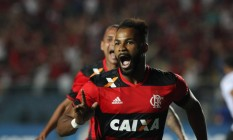 Fernandinho comemora o terceiro gol do Flamengo Foto: Gilvan de Souza