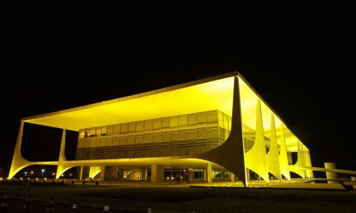 O Palácio do Planalto iluminado na noite em que o plenário do Senado discutiu a admissibilidade do processo de impeachment de Dilma Rousseff Foto: Daniel Marenco / Agência O Globo / 11-5-2016