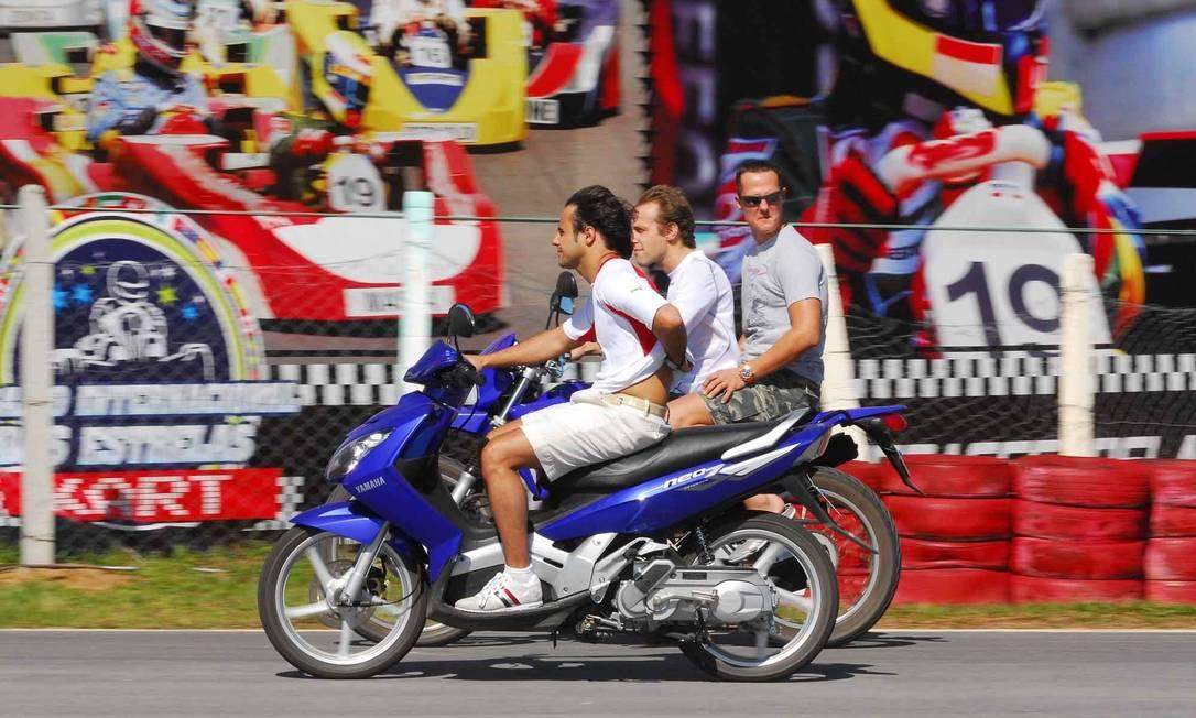 Em novembro de 2007, Felipe Massa, Luca Badoer e Michael Schumacher andam de moto pela pista do Desafio Internacional das Estrelas, prova de kart realizada em Florianópolis Miguel Costa Jr. / Divulgação
