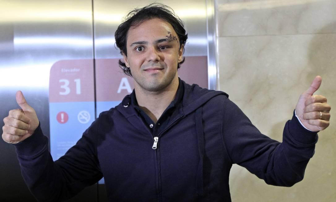 Felipe Massa acena após chegar no hospital em São Paulo após sofrer acidente nos treinos do GP da Hungria, em 2009 Andre Penner / AP