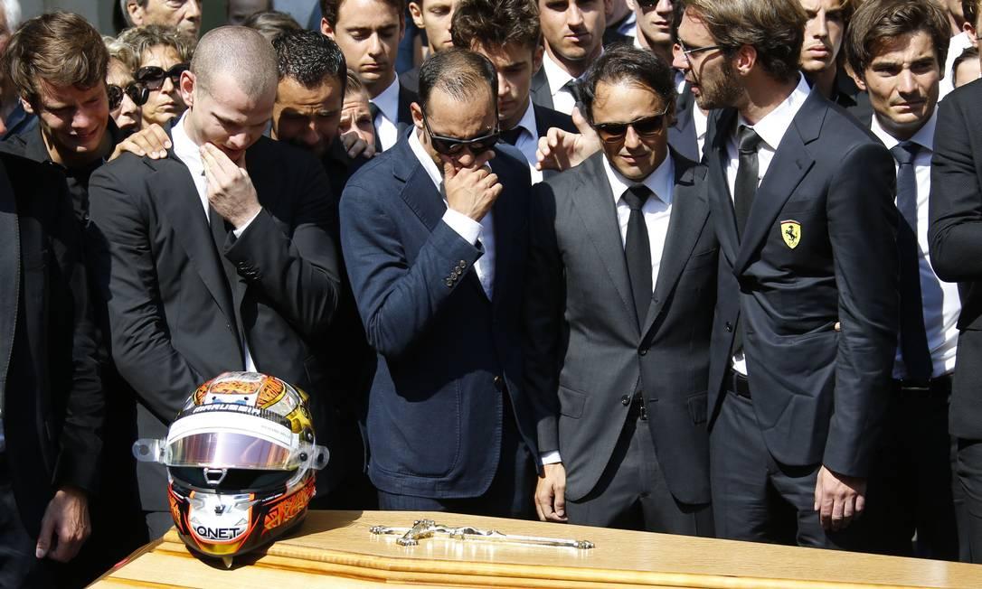 Felipe Massa entre outros pilotos no enterro do piloto francês Jules Bianchi, em Nice em julho de 2015 VALERY HACHE / AFP