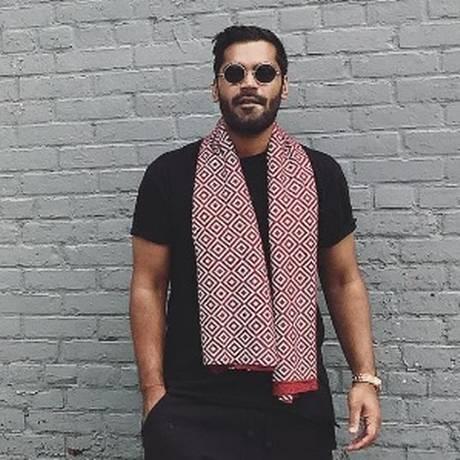 Saif Siddiqui usa um dos lenços mágicos que impede cliques indiscretos criados por sua empresa ISHU Foto: Reprodução/Instagram